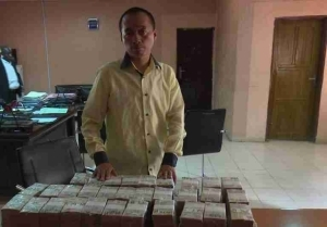 Chinese Man Arrested At Kano Airport With Over N300K All In N5 Denomination (Photo)